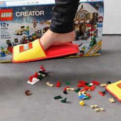 Pantofle chroniące przed rozrzuconymi na podłodze klockami Lego