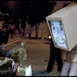 Głowa w telewizorze