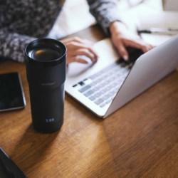Kubek na kawę z regulacją temperatury