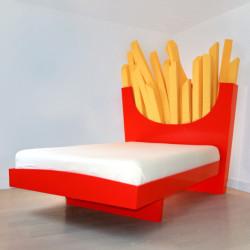Łóżko z zagłówkiem pełnym frytek