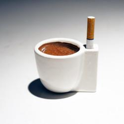 Filiżanka z miejscem na papierosa