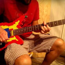 Elektryczna gitara z klocków Lego