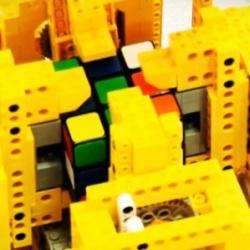 Motorola Droid układa kostkę Rubika w 25 sekund