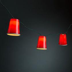 Łańcuch świateł z czerwonych kubków