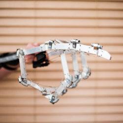Elektryczna ręka dla fanów robotów