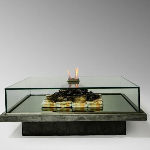 Stół z imitacją palących się pieniędzy