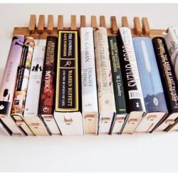 Półka z wiszącymi książkami